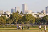 Tel aviv, israel - juni 05: människor i centrala tel aviv park — Stockfoto