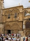Tourists in front of Church of the Holy Sepulchre, Jerusalem, Is — Stock Photo
