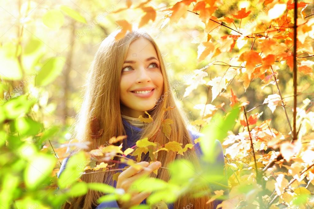 Portrait of a beautiful girl in autumn forest  Foto de Stock   #13211457