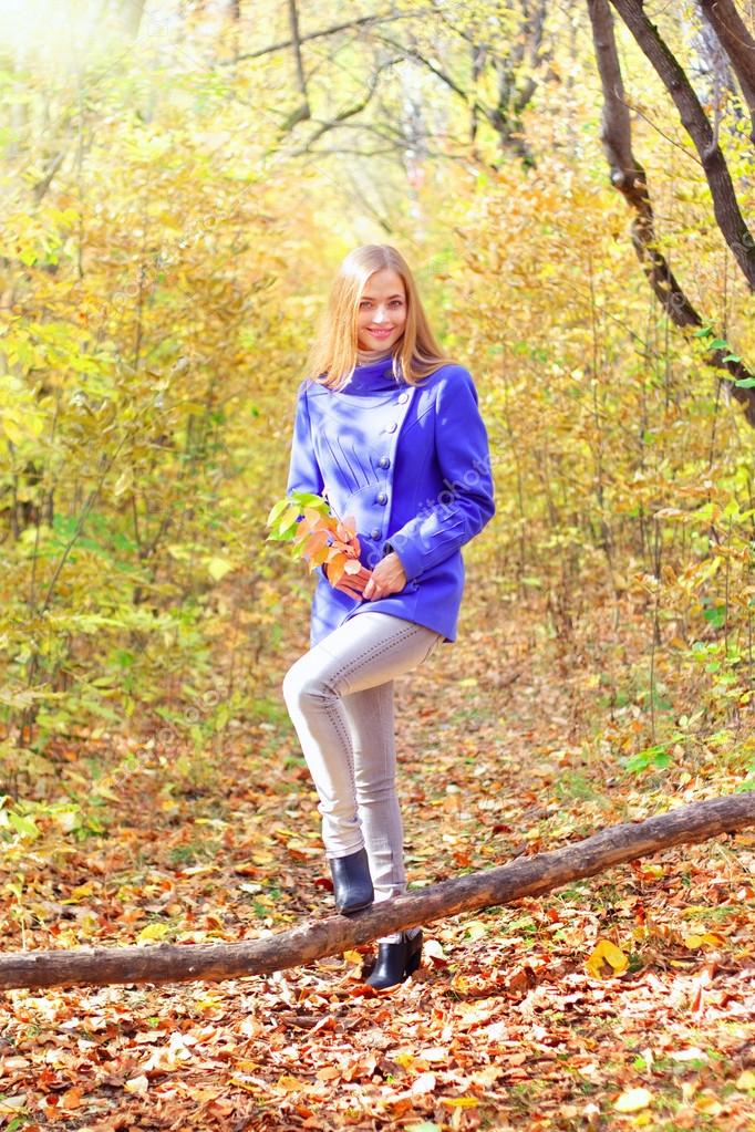 Portrait of a beautiful girl in autumn forest — Stock Photo #13367227
