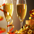 Glasses of champagne with gift box — Stockfoto