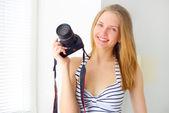 Attraktive frau mit digitalkamera — Stockfoto