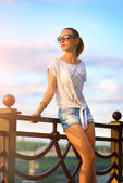 Retrato de una muchacha hermosa de la manera — Foto de Stock