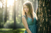 Vacker flicka i fairy forest — Stockfoto
