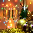 Foto Stock: Glasses of champagne with gift box