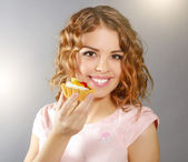 Smiling girl with cupcake — Stock Photo