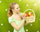 Attractive girl with basket of apples — ストック写真
