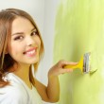 Beautiful girl painting a wall — Stock Photo #39293127