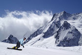Snowboarder on piste slope — ストック写真