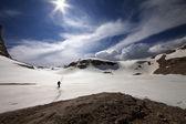Hiker on snow plateau — Stock Photo