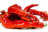 красный перец с водой падает на белом фоне — Стоковое фото