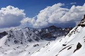 雪山和蓝蓝的天空中阳光明媚的春日云 — 图库照片