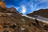 Müde wanderer aufstieg zum berg gehen abends — Stockfoto