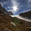 Mountain pass and blue sky with sun — Stockfoto