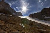 Gebirgspass und blauer himmel mit sonne — Stockfoto
