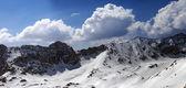 Panorama das montanhas nevadas em dia de sol — Foto Stock