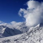 Snowdrift, ski slope and beautiful snowy mountains — Stock Photo