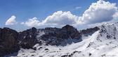 Panorama van besneeuwde bergen in mooie zon dag — Stockfoto