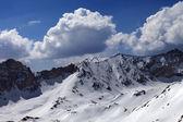 雪山と太陽の日の雲と青空 — ストック写真
