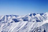 冬の雪に覆われた山々 と青空、スキー スロープからの眺め — ストック写真