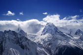 Mountain peaks in clouds — Stock Photo
