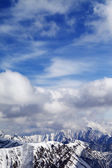 Winter snowy mountains and cloudy sky — Stock Photo