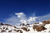 Schneebedeckten felsen am schönen tag — Stockfoto