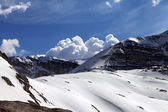 Snow rocks and cloudy blue sky — 图库照片