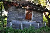 Zničený dřevěný dům — Stock fotografie