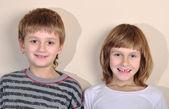İlköğretim yaş erkek ve kız gülümseyerek mutlu — Stok fotoğraf