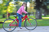 Child riding bike in park — Stok fotoğraf