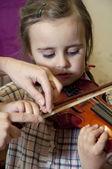 Předškolní dítě učit na housle — Stock fotografie