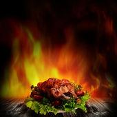 Kurczaka z grilla nad sałatka na drewniane biurko — Zdjęcie stockowe