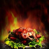 在木桌上的沙拉烤的鸡 — 图库照片