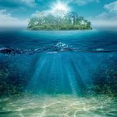 Alleen eiland in de oceaan, abstracte natuurlijke achtergronden — Stockfoto
