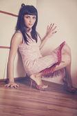 屋内の肖像画、女性の床に座ってください。 — ストック写真