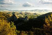 Montañas montañosas bajo cielos azules, fondos otoñales — Foto de Stock