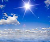 Doğa arka plan. beyaz bulutların üzerinde mavi gökyüzü — Stok fotoğraf