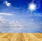 Skönhet seascape under blå moln himlen. visa från piren i trä — Stockfoto