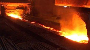 Hälla av flytande metall från masugnen — Stockvideo