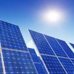 painéis solares, sol e céu azul — Foto Stock