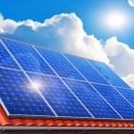 painéis solares no telhado de casa — Foto Stock