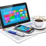 tabletový počítač a obchodní objekty — Stock fotografie