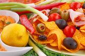Nachos, oliven, schweinefilet und gemüse — Stockfoto