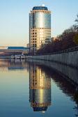 高層ビルと反射 — ストック写真