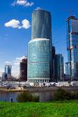 Rascacielos y el río — Foto de Stock