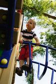 Niño está subiendo en el patio de recreo — Foto de Stock