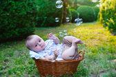 Bebé en la cesta — Foto de Stock