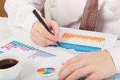 Zakenman analyseren van grafieken — Stockfoto