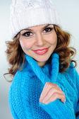 Portret pięknej młodej kobiety w niebieski sweter z dzianiny — Zdjęcie stockowe